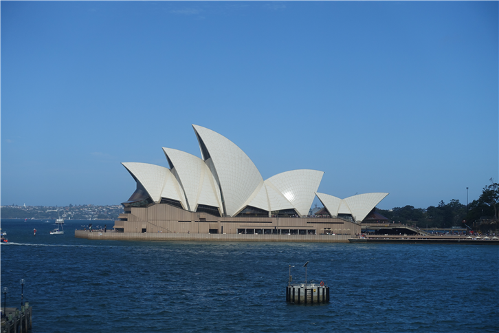 Sydney 5472 Opera House in sun-crop-v2.JPG