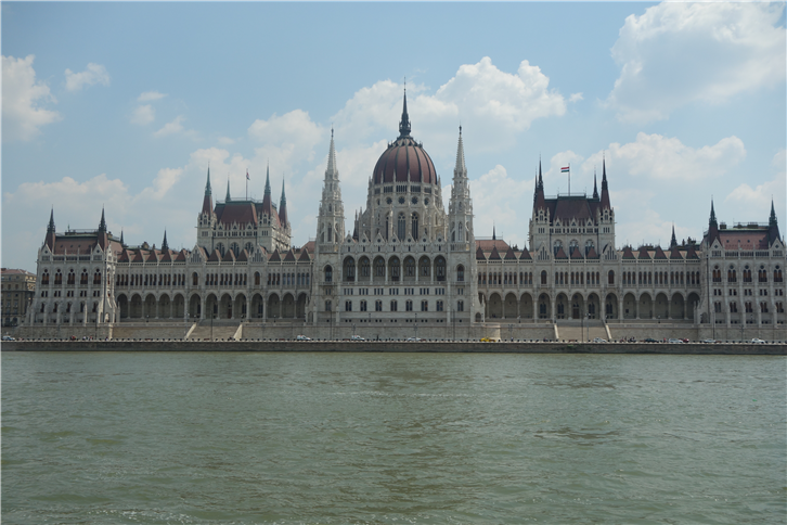 budapest 5472 parliament from river-crop-v2.JPG